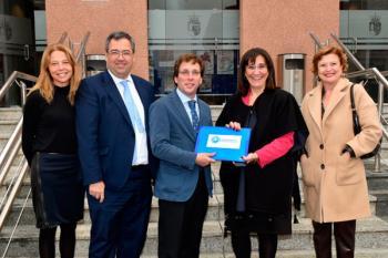 La presidenta del grupo municipal, Susana Pérez Quislant, hizo entrega de las rúbricas a José Luís Martínez Almeida
