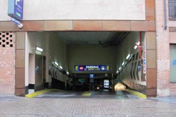 Tras meses de complicada entrada, el aparcamiento recupera su entrada habitual