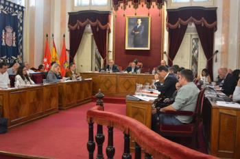 La Corporación protagonizó un debate plagado de descalificativos tras el caso de los concejales de Somos Alcalá