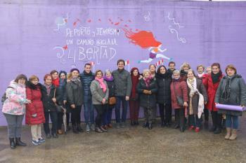 La Asociación 'Rosa Montero' pinta un muro del edificio con un mensaje feminista y deportivo