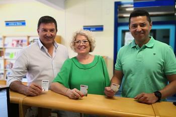 El alcalde ha visitado la biblioteca Lorenzo Silva para presentar el carné