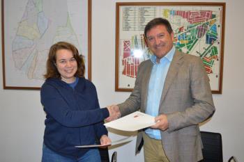 El alcalde ha firmado un convenio de colaboración con Marta Yelo, gerente de Fishumasioterapia