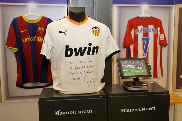 La exposición itinerante contará, de ahora en adelante, con la seña del jugador del Valencia CF