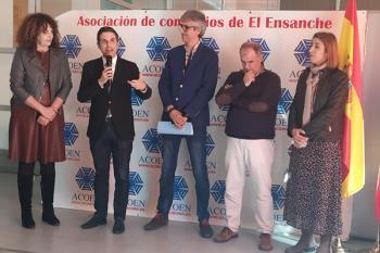 El alcalde complutense, Javier Rodríguez Palacios, acompañado por la concejala de Comercio, Rosa Gorgues, y por Manuel Lafront, presidente de la Junta del Distrito IV, trasladó su apoyo a ACOEN en su presentación oficial, celebrada en la Junta de Distrito IV