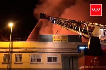 16 dotaciones de bomberos han tratado de extinguir el incendio propagado en una nave industrial