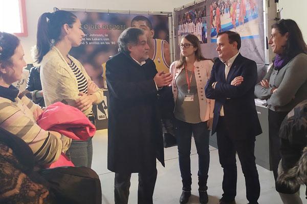 El que fuera ex seleccionador nacional de Baloncesto ha visitado la exposición 'Leyendas'