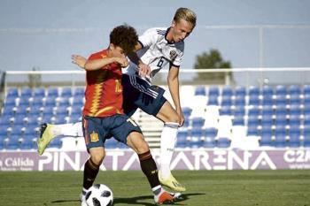 A sus 16 años, el futbolista, que actualmente juega en el Juvenil A rojiblanco, disputó los dos amistosos que jugó el combinado nacional frente a la Selección de Rusia