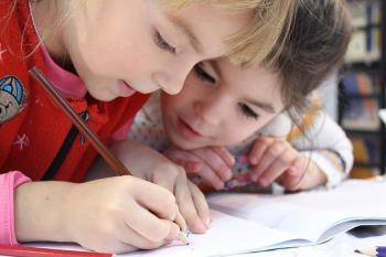 Las charlas orientativas asesoran a las familias para que los niños y niñas se adapten al entorno escolar