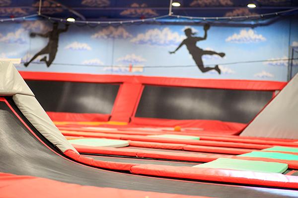 Ofrecen un contrato indefinido para trabajar en un 'trampoline park' de un centro comercial de Móstoles