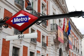 La Comunidad de Madrid ha instalado hoy la bandera de Venezuela en la Real Casa de Correos