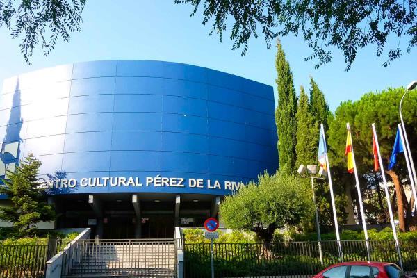 Escuchar música, leer e ir al cine: las tres actividades culturales más frecuentes en España