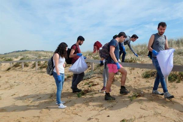 Estudiantes de la UAH descubren cuánta basura hay en la playa de Pontevedra