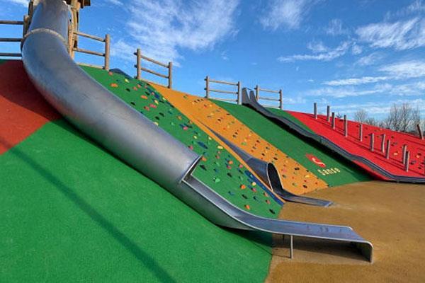 Finalizan las obras en áreas infantiles de parques y colegios