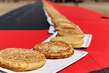 1.176 tortillas han conformado una línea de más de 223 metros