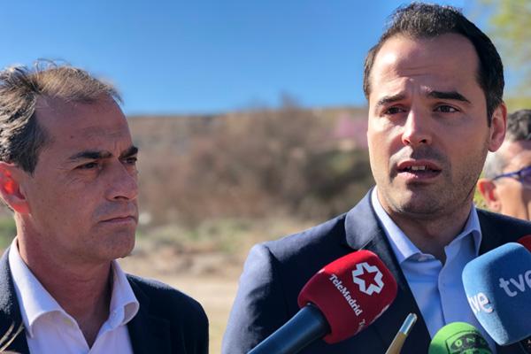 El candidato de Ciudadanos a la presidencia de la Comunidad de Madrid, Ignacio Aguado, ha avanzado su compromiso durante su visita al vertedero de Alcalá