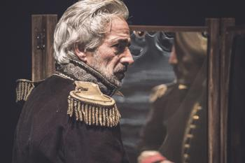 El actor vuelve al teatro con una puesta en escena basada en la obra homónima de Gabriel García Márquez, cargada de emoción y valentía