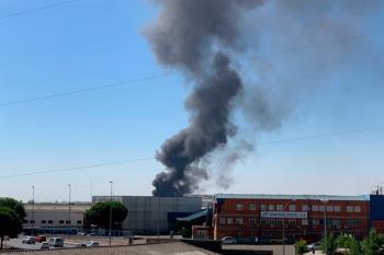 Un incendio en una empresa de disolventes, obliga a desalojar la zona del polígono de Fuenlabrada