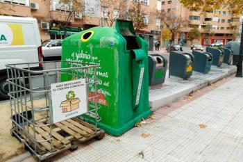 La acción pretende recuperar la recogida del material puerta a puerta en los negocios reduciendo acumulaciones