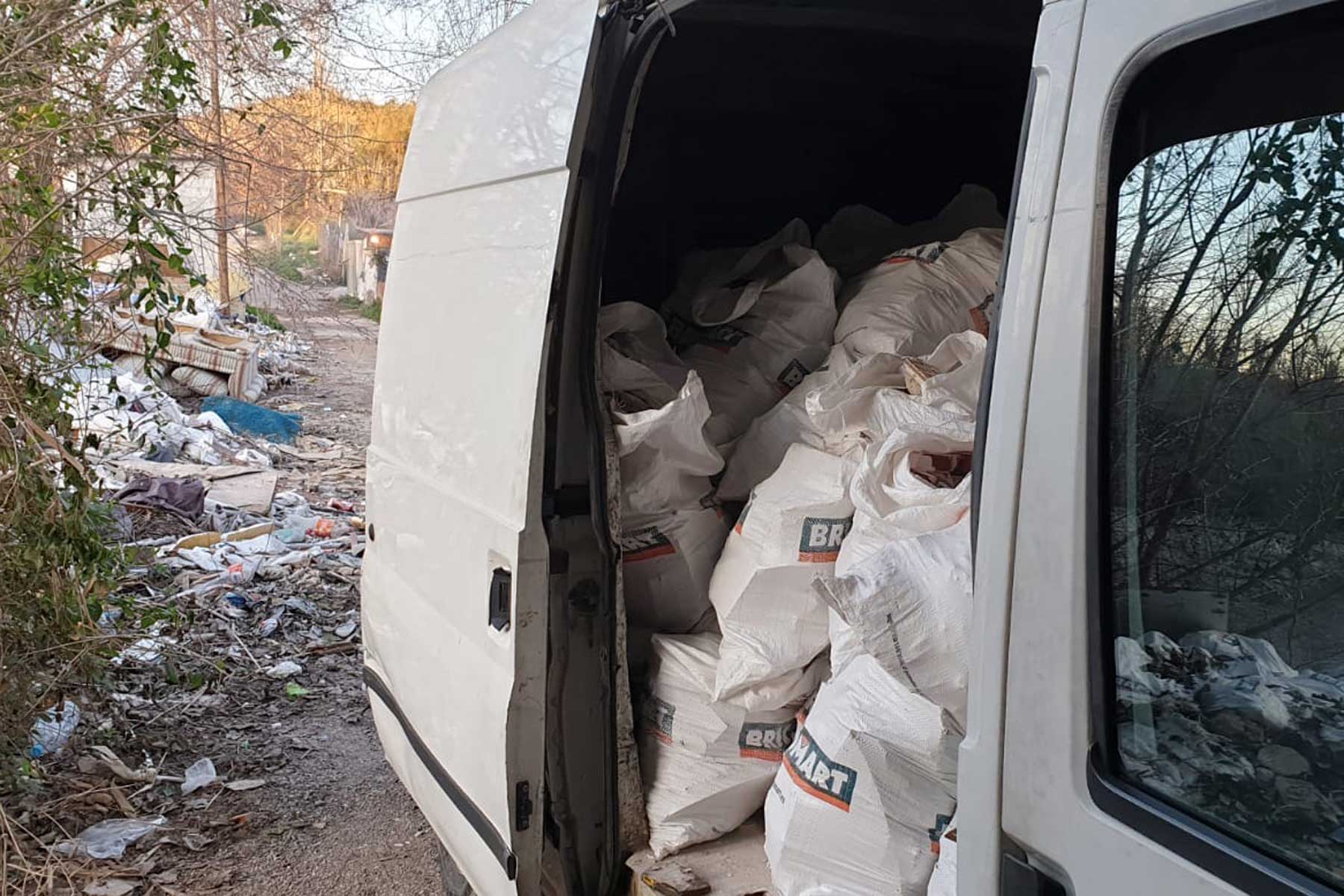 Efectivos de Móstoles consiguen interceptar a un individuo que pretendía arrojar 25 sacos de residuos sólidos de obra