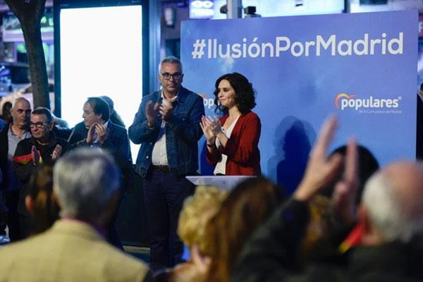 La candidata del PP en la Comunidad de Madrid ha realizado un paseo por el distrito madrileño