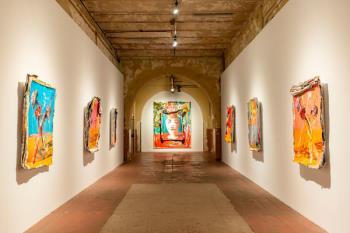 La exposición es el resultado del diálogo entre ambos creadores a partir de la película 'Dolor y Gloria'