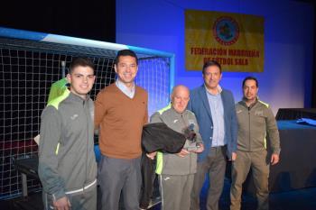 El alcalde de Humanes de Madrid ha sido el encargado de entregar el trofeo
