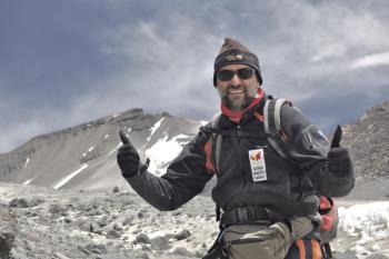 Con sus 6.893 metros de altura, es el volcán más alto del mundo, situado en la cordillera de los Andes