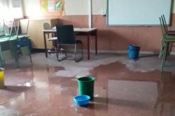 Las goteras encharcan el suelo de este colegio fuenlabreño