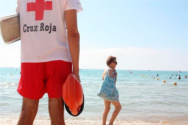 La Cruz Roja recomienda extremar las precauciones en playas y piscinas