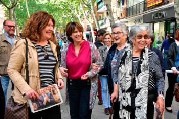 Dolores Delgado junto con la candidata socialista del municipio han recorrido las calles y comercios de la ciudad