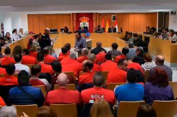 Varios agentes acudieron a la sesión plenaria para protestar disfrazados de