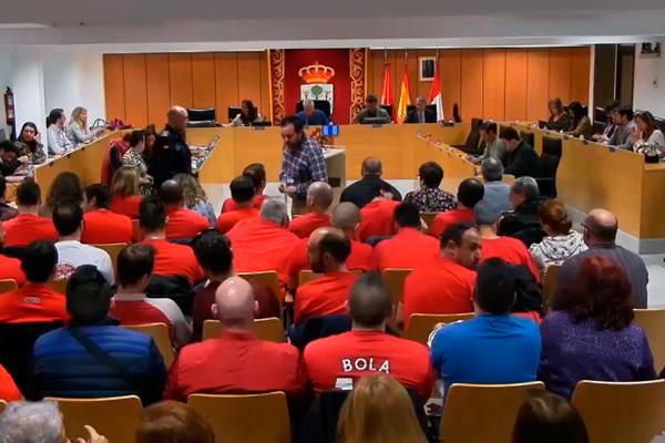 Varios agentes acudieron a la sesión plenaria para protestar disfrazados de 'Los Increíbles' y con una careta del alcalde, Narciso Romero
