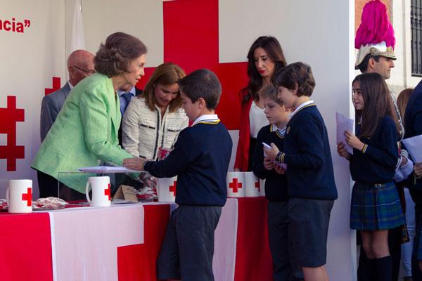 Con motivo del Día de la Banderita, donde los alumnos entregaron las aportaciones de las familias a la Cruz Roja