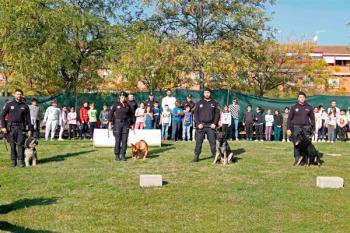 Los agentes caninos enseñaron sus habilidades a alumnos de primaria de Móstoles