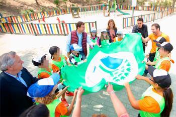 El regidor, José de la Uz, fue quien entregó las banderas a los colegios participantes