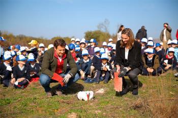 Los alumnos del colegio Zola liberaron al animal junto al primer edil y a la consejera de Medio Ambiente