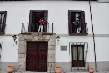 El ayuntamiento de la ciudad ha repintado sus contraventanas, barandillas y verjas