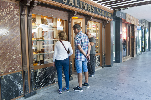La pastelería Paraninfo retoma el local tras su remodelación
