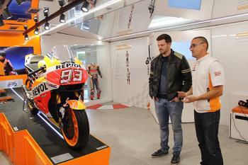 """La exposición """"Repsol Racing Tour"""" se ha instalado junto al kiosko de la música"""