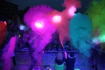 Más de 5.000 personas participan en la prueba lúdico-deportiva de 5km, polvos neón y luces ultravioleta que animaron la noche del sábado