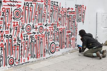 El artista catalán está trabajando en la fachada del polideportivo Fernando Martín