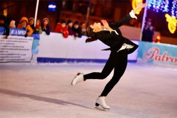 La pista de hielo de la calle Real servía como escenario para la actuación de la campeona internacional