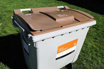Se instalarán cubos de dos ruedas con tapa marrón para depositarlos
