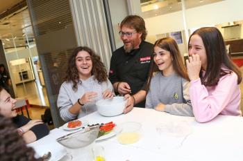 El cocinero Álvaro Smit ha enseñado a los más jóvenes a cocinar de forma saludable