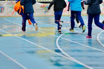 Un total de 2.750 escolares de la región se han dado cita en la Dehesa de Navalcarbón