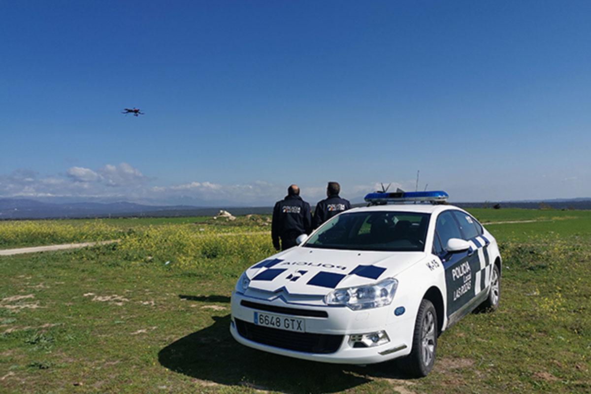 La Policía Local de las Rozas utiliza un dron para controlar desde el aire que se cumplen las medidas de confinamiento por coronavirus en el municipio