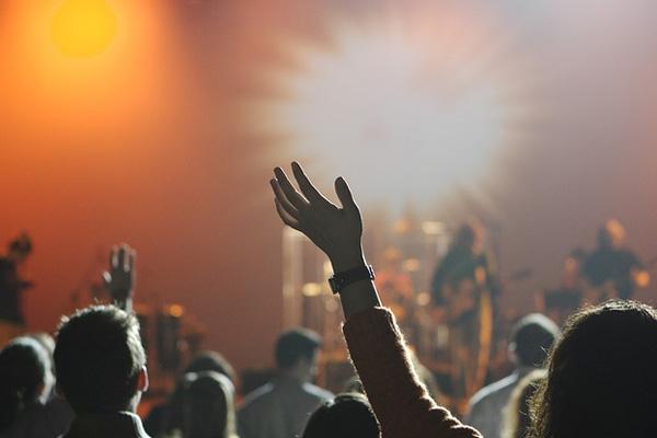 Este año se ha habilitado una segunda entrada a los conciertos por el puente del lago