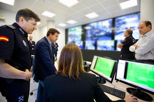 El alcalde, José de la Uz, ha visitado el centro de pantallas de la nueva red inteligente de cámaras