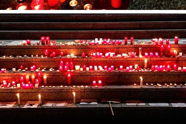 Las velas lucen como protesta por el uso de toros en las fiestas