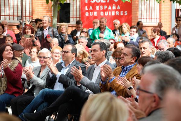 El candidato socialista pasó por el Centro de Mayores Juan Muñoz como parte de la campaña electoral